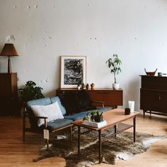 Here are some doable living room decor and interior design tips that will make your home cozy and comfortable for family and friends. Interior Exterior, Home Interior Design, Interior Livingroom, Interior Plants, Modern Interior, Living Room Decor, Living Spaces, Decoration Design, Home And Deco