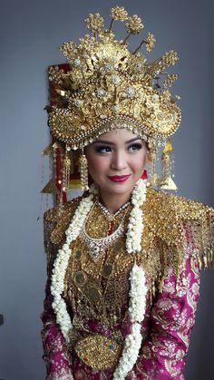 Paksangkong palembang Korean Wedding Photography, Indonesian Wedding, Palembang, Wedding Costumes, Gold Work, Tiaras And Crowns, Bridal Wedding Dresses, Kebaya, Indian Sarees