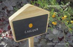 Drewniana tabliczka do oznaczania roślin. Czarne pole pomalowane farbą o strukturze szkolnej tablicy umożliwia pisanie kredą, białym markerem lub kredkami.    https://sklep.kwiatkibratki.pl/shop-2/dla-dzieci-2/tabliczka-do-oznaczania-roslin-10x34cm/