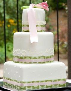 Não tenha medo de investir em outras cores no seu bolo! A cor verde cai super bem com branco e rosa claro, por exemplo…  www.noivinhostopodebolo.com