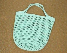 How to crochet market bags (video & written pattern) They're super-quick to make and can help you make a dent in your stash of unused yarn as well. What's not to love? Crochet Thread Size 10, Crochet Hook Sizes, Single Crochet, Crochet Hooks, Wire Crochet, Chunky Crochet Hat, Quick Crochet, Chunky Yarn, Easy Crochet Projects