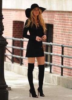 Boots For Dresses Fashion Adepte de la tendance bohème et rétro, Blake Lively nhésite pas à miser sur des tenues tout droit sorties des seventies. Et nous, on la jouerait bien comme lex-vedette de Gossip Girl... - He boots are the queens of all the outfits: day, night, casual, formal. They are always invited and is that not only help us keep our feet warm but their variety of designs make it a complement that offers many alternatives depending on our style and the event we will attend