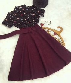 Love the quirky print and the solid skirt combo Teen Fashion Outfits, Mode Outfits, Skirt Outfits, Cute Fashion, Casual Outfits, Fashion Dresses, Habit Vintage, Mode Vintage, Pretty Outfits