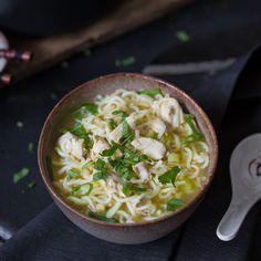 Diese Chinesische Hühnersuppe mit Nudeln ist richtig schnell zubereitet und besteht trotzdem nur aus frischen Zutaten. Einfach, lecker und gesund!