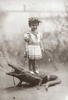 Some funny and weird black and white photos from the past. Even then people already knew how to make you wonder about the sense of a picture. Some funny and weird black and white photos fro Vintage Pictures, Old Pictures, Weird Old Photos, Funny Pictures, Crazy Photos, Bizarre Photos, Lake Pictures, Creepy Pictures, Funny Pics