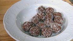 Mette Blomsterberg lager konfekt med havregryn, vanilje, kakao og dypper kulene i kokosmasse. Foto: Fra TV-serien Det søte liv / DR