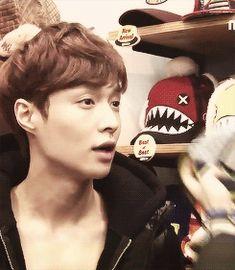 Lay high on weed at Exo Showtime Hat shopping Kaisoo, Chanbaek, Exo Ot12, Btob, Tvxq, Lay Exo, 2ne1, Sehun, Shinee
