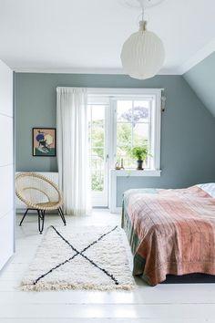 Soveværelse i grøn nuance bedroom Pretty Bedroom, Cozy Bedroom, Bedroom Decor, Peaceful Bedroom, Summer Bedroom, Bedroom Balcony, Light Bedroom, Blue Bedroom, Bedroom Lighting