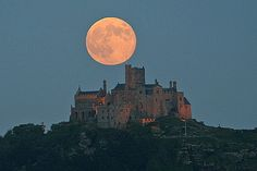 'Super' moon and St Michael's Mount - Evocative Cornwall St Michael's Mount, Cornwall England, Moon Rise, Super Moon, Rise Above, Places To See, Monument Valley, Beautiful Places, Beautiful Moon