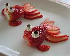 Cool Fun food Strawberry Red goldfish #Fruit Decoration #DIY #Craft #Easy Healthy food #Dessert #Wedding #Quince #Reception #Catering#Party +++ Graciosos Bellos Peces de color rojo hechos de fresas fresones decoracion postre Fruta Sana Postre Saludable niños Fiestas celebraciones Boda Niños