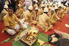 Calcutta, India  Un sacerdote indù esegue un rituale religioso durante un matrimonio di massa a Calcutta (Kolkata). Cinquantadue coppie si sono sposate nella cerimonia: matrimoni di massa di questo tipo sono organizzati da associazioni di assistenza locale per aiutare le famiglie più povere, che non si possono permettere gli alti costi delle cerimonie, le doti e i doni ancora molto diffusi nelle tradizioni di molte comunità.  (AP Photo/Bikas Das)
