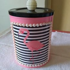Latas decoradas: tutoriais e 80 modelos para reciclar fazendo arte Aluminum Can Crafts, Tin Can Crafts, Craft Stick Crafts, Crafts To Sell, Diy And Crafts, Recycled Home Decor, Handmade Home Decor, Handmade Wooden, Handmade Dolls
