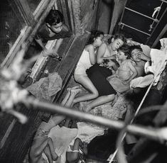 Weegee Heatspell, Children sleeping on the fire-escape. Usage rights for photographs by Weegee are held by the ICP (International Center of Photography) in New York. Weegee Photography, Street Photography, Old Pictures, Old Photos, Vintage Photographs, Vintage Photos, Marlon Brando, Great Photographers, Black White