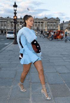 via GIPHY Vintage Kimono, 2000s Fashion, Fashion Outfits, Swag Outfits, Style Fashion, Rihanna Street Style, Blue Aesthetic Pastel, All White Outfit, Kimono Dress