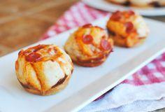 Nos encanta esta receta porque además de hacerla en un momento, estas bolitas de pizza quedan jugosas y muy muy ricas, gracias a que la salsa de tomate que