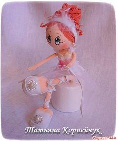 Я опять со своими куколками. Вчера сделала балеринку. Просили сделать куколку, чтобы меняла позы. Туфельки, конечно, великоваты, но иначе она стоять не смогла бы. Или пришлось бы подставку делать.