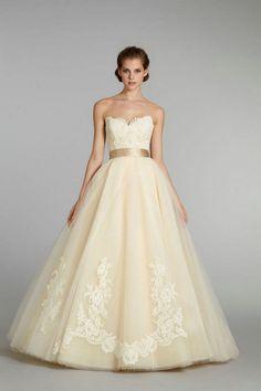 Zartes Vanillegelb wirkt als Brautkleidfarbe besonders edel.
