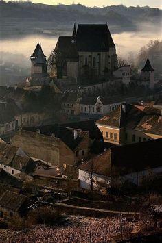 Biertan, Sibiu #romaniaazi #romania #calatorie #sibiu #peisaj Romania, Paris Skyline, Cathedral, Mansions, House Styles, Building, Travel, Viajes, Buildings