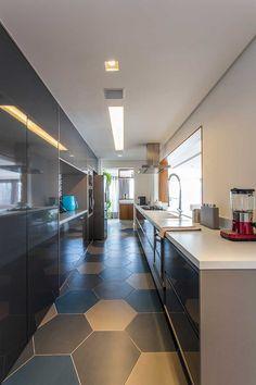 Decoração de apartamento ousado e aconchegante. Na cozinha, tons de cinza, piso geométrico.  #decoracao #decor #details #casadevalentina