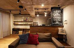 店舗のような黒板壁 キッチンカウンターの間仕切りを黒板風に仕上げているため、海外のカフェのような雰囲気が出ています。黒板の裏はコンロになっているので、油ハネの防止にもなります。