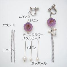 透明感ある薄紫色のチェコビーズが主役のイヤリングを作りました!とっても清楚なイメージです。...