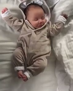 Aww so cute baby ? Cute Baby Boy, Baby Love, Cute Kids, Baby Kids, Babies R Us, Cute Babies, Baby Girl Car Seats, Baby Club