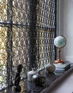 zwart kant + zwarte vensterbank= mooie sfeer ♥ via VTWonen
