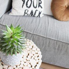 Het mixen en matchen van verschillende meubels, stijlen, materialen en kleuren is al tijden hip! En nee, hier heb je geen interieurstylist voor nodig. Jij kan het namelijk ook. Hoe, dat lees je hier! Live Love, Home Interior, Mix Match, Scandinavian, Diy, Throw Pillows, Shopping, Instagram, Room