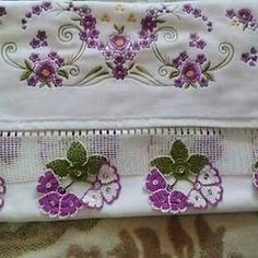 This Pin was discovered by Zül Crochet Crafts, Crochet Flowers, Decorative Boxes, Embroidery, Hats, Asdf, Bathroom Towels, Crochet Stitches, Dish Towels