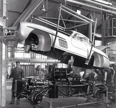 Factory SLR build shot shows off the cars space frame chassis, engine, front and rear suspension and big drum brakes to good effect. (Unattributed). Pic via: primotipo.com / #MB #300SL #300SLRestorations #tbt