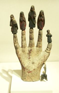 """Mano poderosa"" coi santi cristiani, Portorico, ca. Saints And Sinners, Man Ray, Hand Art, Modern Sculpture, Prehistory, Ancient Artifacts, Illuminated Manuscript, Religious Art, Archaeology"