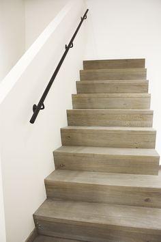 Houten rechte trap met Z-treden in landelijke of moderne stijl
