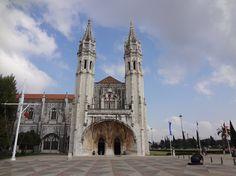 Mosteiro dos Jerónimos/Museu da Marinha, op de hoek Rua Dom Lourenco de Almeida/Praça do Império, stadsdeel Belém, Lisboa. Het scheepvaartmuseum werd in 1962 gevestigd in de westvleugel van het klooster. In de door Hendrik de Zeevaarder gebouwde kapel verzamelden de zeelieden voordat ze een reis gingen maken