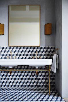 ¿Habías pensado en el azulejo como un elemento decorativo? El alicatado blanco hasta al techo ha muerto. Di hola a miles de formas, materiales, colores y combinaciones para tus suelos y paredes. https://due-home.com/blog/