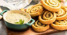 Fokhagymás csigák, zöldfűszeres sajtmártással recept képpel. Hozzávalók és az elkészítés részletes leírása. A Fokhagymás csigák, zöldfűszeres sajtmártással elkészítési ideje: 45 perc