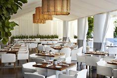 La terreza del restaurante Bianca en el hotel Delano (Miami, EEUU). Destaca el color blanco que aporta todavía más claridad y aire veraniego al espacio.