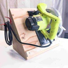 Woodworking Circular Saw You can build this circular saw storage rack in less than half an hour! Keeps the blade vertical and the cord neatly stored. Essential Woodworking Tools, Used Woodworking Tools, Woodworking Desk, Woodworking Crafts, Woodworking Quotes, Woodworking Machinery, Woodworking Workshop, Woodworking Videos, Tool Organization