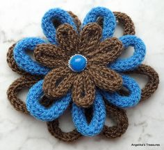 Angelika's Treasures: Punnik Bloemen - Spool Knitted flower. Instructions (in Dutch with photos) follow the many examples.