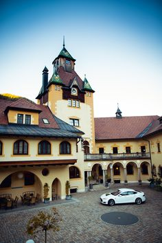 Ausfahrt mit einem Tesla  Das Hotel, Mansions, House Styles, Home Decor, Nice Asses, Luxury Houses, Interior Design, Home Interior Design, Palaces
