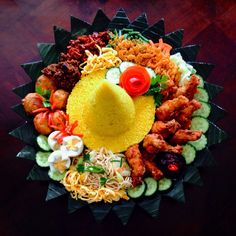 Nasi tumpeng Boodle Fight Party, Food Art Painting, Malay Food, B Food, Indonesian Cuisine, Party Trays, Catering Menu, Pinoy Food, Aesthetic Food