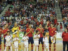 Público y compañeros aplauden a Kike.  @SeFutbol España-Grecia. Homenaje a Kike Boned. Ginés Rubio @grl48
