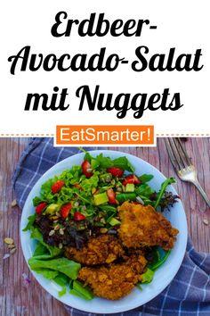 Fast Food ohne Reue: Erdbeer-Avocado-Salat mit Hähnchen-Nuggets - 788 kcal - mittel - So gesund ist das Rezept: 9,2/10 | Eine Rezeptidee von EAT SMARTER | Laktosefreie Geflügelrezepte, Mineralstoffreich, Klassiker, Saison, Frühling, Frühlingssalate, Spezielles, Was koche ich heute, Familienessen, Fast Food, für 2 Personen, Kinder, Was koche ich am Wochenende, Kochen, Fleisch, Geflügel, Kerne, Obst, Salat, Salate mit Obst, Mittagessen, Abendessen, Hauptspeise #hähnchen #gesunderezepte Avocado Breakfast, Breakfast Recipes, Dinner Recipes, Strawberry Avocado Salad, Fruit Salad, Free Fast Food, Fried Halloumi, Avocado Salat, Can I Eat