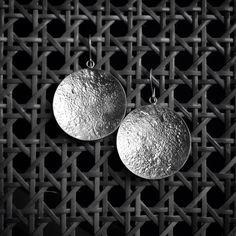 Lua Cheia: no céu e na @cioccoatelier. Prata 950 + textura lunar! #fattoamano