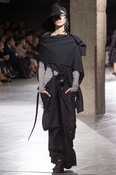 The complete Yohji Yamamoto Spring 2018 Ready-to-Wear fashion show now on Vogue Runway. Yohji Yamamoto, Monochrome Fashion, Dark Fashion, Fashion Week, Runway Fashion, Fashion Advice, Fashion Brands, Mode Sombre, Current Fashion Trends