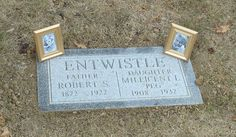 Peg Entwistle - Welsh-born English stage and screen actress. Entwistle began her stage career in appearing in several Broadway productions. She appeared in only one film, Thirteen Women, which was released after her death. Hollywood Sign, Hollywood California, Vintage Hollywood, Cemetery Headstones, Famous Graves, Mystery Of History, Garden Stones, Thing 1, Famous People