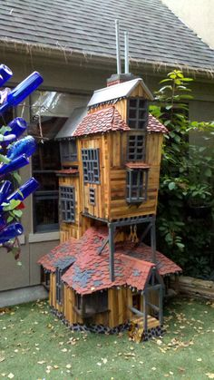 Laura Marshall commissioned Heights Workshop in Houston, Texas to build a tall recreation of the Weasley burrow, for her cats. Dog Mansion, Harry Potter Cat, Cat House Diy, Living With Cats, Dog Hotel, Cat Playground, Animal Room, Cat Condo, Pet Furniture