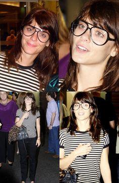 Quero ficar míope agora!!! Olha que cara de nerdinha mais linda! Carolina Dieckmann ahazou! Para quem perguntou, os óculos de grau são Ray Ban!