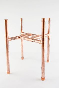 Simple DIY Copper Plant Stand - - Get your plants off the floor with this easy DIY copper plant stand. No power tools required, and it's sized for a large pot that should be easy to find. Modern Plant Stand, Wood Plant Stand, Plant Stands, Diy Simple, Easy Diy, Patio Diy, Diy Home Decor Rustic, Diy Terrasse, Diy Upcycling