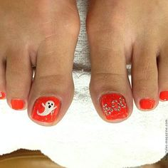 halloween ghosts on toes Awesome Halloween Toe Nail Art Designs For Horror Junkies! Fall Pedicure, Pedicure Nail Art, Toe Nail Art, Pedicure Spa, Gel Nail, Halloween Toe Nails, Halloween Nail Designs, Halloween Ghosts, Toenail Art Designs