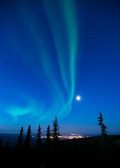 Auroras boreales y la Luna en Fairbanks, Alaska